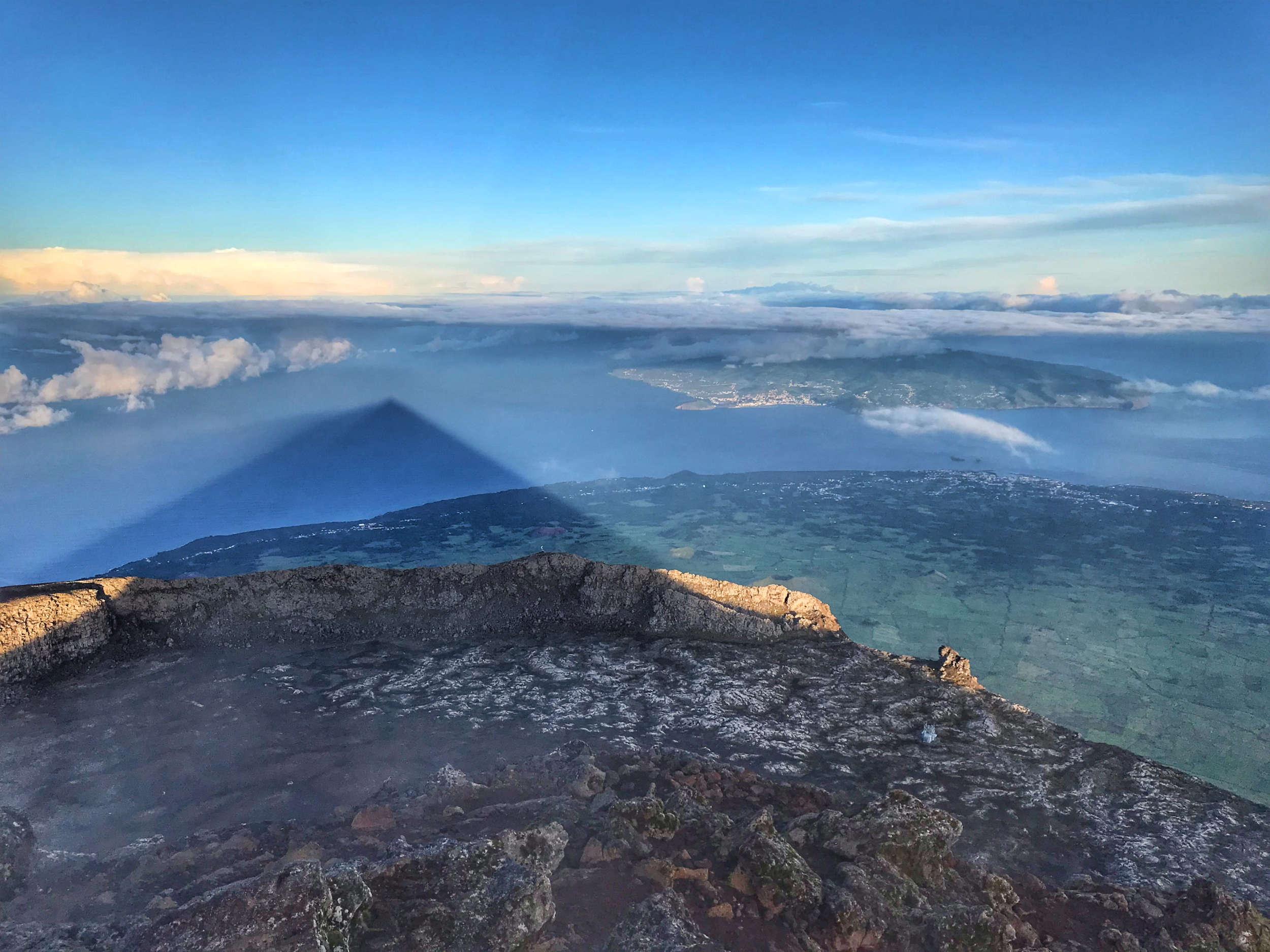 L'ombre du mont Pico se projète jusque sur la mer