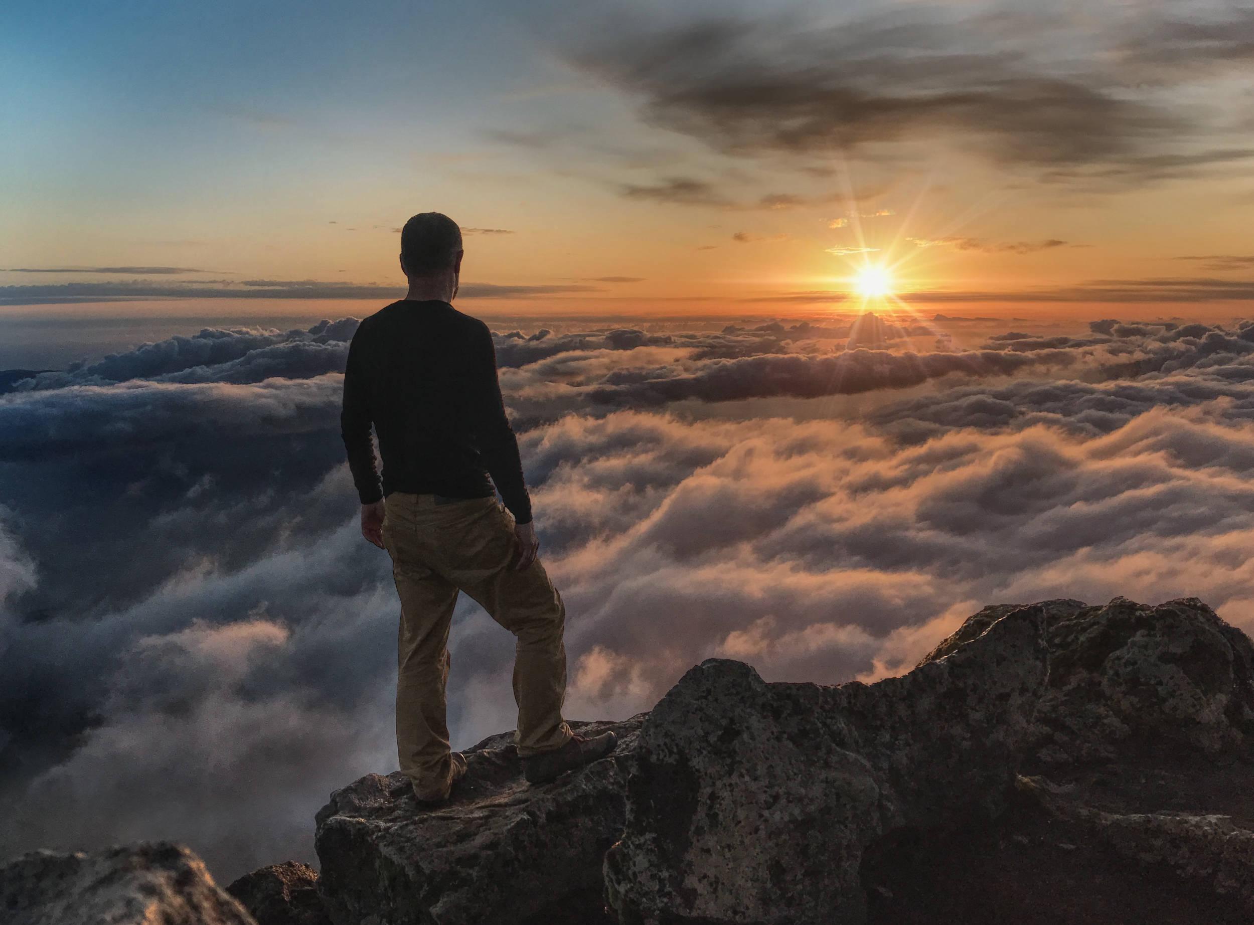 Le soleil se lève sur l'ile de Pico